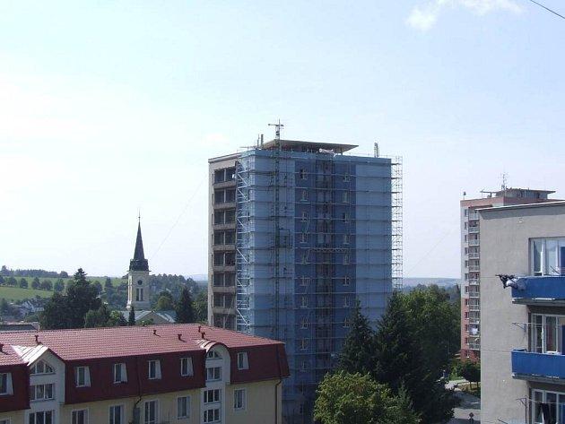 technologie firmy Vodafone, která zajišťuje klientům této společnosti signál téměř na celém území Nového Města na Moravě, zůstává umístěna na střeše modrého věžového domu.
