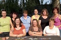 Téměř kompletní tým moraveckých žen na snímku se ve své obci začal starat o kulturní i charitativní činnost. Ta vyvrcholí srpnovou taneční zábavou.
