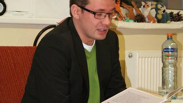 V rámci celorepublikové akce Celé Česko čte dětem přijel do Štěpánova nad Svratkou bývalý ministr školství a současný předseda Strany zelených Ondřej Liška.
