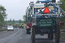 Kolona asi patnácti zemědělských strojů vyrazila ve středu v osm hodin ráno na silnici číslo 19 mezi Novým Městem a Žďárem nad Sázavou.