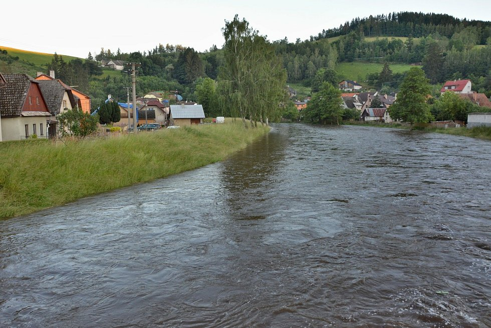 V Dalečíně se hladina Svratky kvůli vydatnému dešti v pondělí zvýšila o víc než metr.