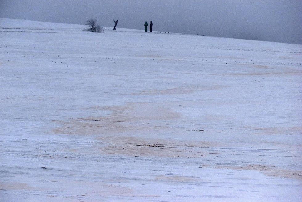 Písečný prach je na sněhobílých pláních jasně viditelný.