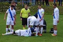 V sobotním záchranářském souboji MSFL mezi fotbalisty Nového Města na Moravě (v modrém) a Frýdku-Místku (v bílém) se diváci branky nedočkali.