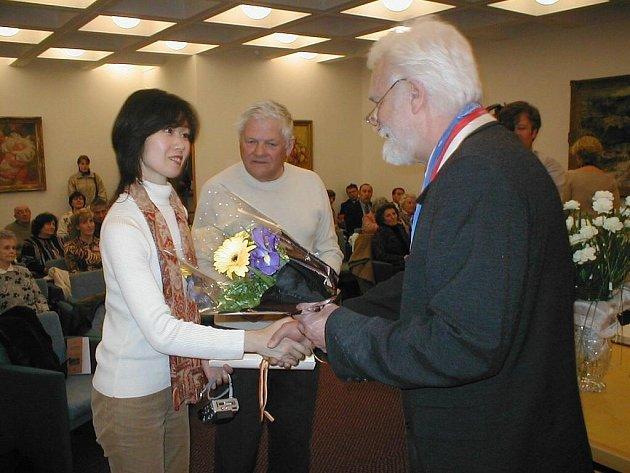 Fumiko Išioka, Jiří Brady a Josef Sokolíček v roce 2004.