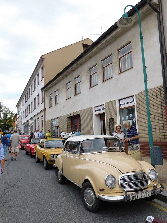 Masarykovo náměstí v Bystřici zaplnily historické automobily.