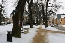 Mlatové chodníky s pískovým povrchem jsou v zimě ukryty po sněhovou peřinou.