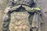Památník zdobí erb rodu Mitrovských.