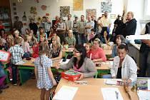 VELKÝ DEN. Plno téměř až do posledního místečka bylo včera ve třídě 1.B ve žďárské Základní škole Švermova. Kromě sedmadvaceti prvňáčků  - patnácti holek a dvanácti kluků - tam na několik minut do lavic usedli rovněž jejich rodiče. Kromě třídní učitelky,