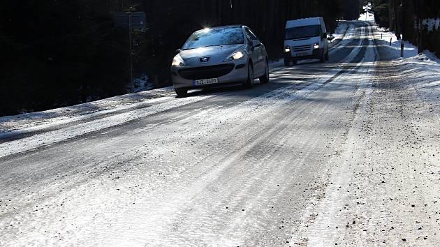 Několikacentimetrová vrstva ledu na krajské silnici II/350 u Cikháje.