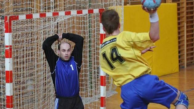 Brankář Nového Veselí Bohumil Strejček čelil v prvním poločase jednomu útoku za druhým.