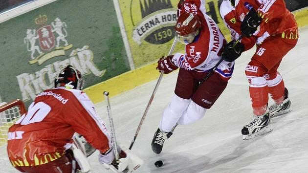 Hokejisté Pelhřimova (ve světlém) museli v listopadovém derby se Žďárem skousnout hořkou porážku 1:7. Ve čtvrtek jim díky povedené třetí třetině vše vrátili.