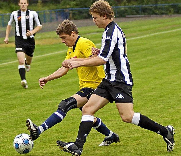 Fotbalisté Vrchoviny (ve světlém dresu) se díky skóre vyhoupli na první místo.