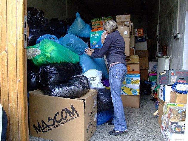 Oblečení, peřiny, nádobí, lůžkoviny, látky a mnohé další věci mohou lidé až do pátečního poledne věnovat do humanitární sbírky.