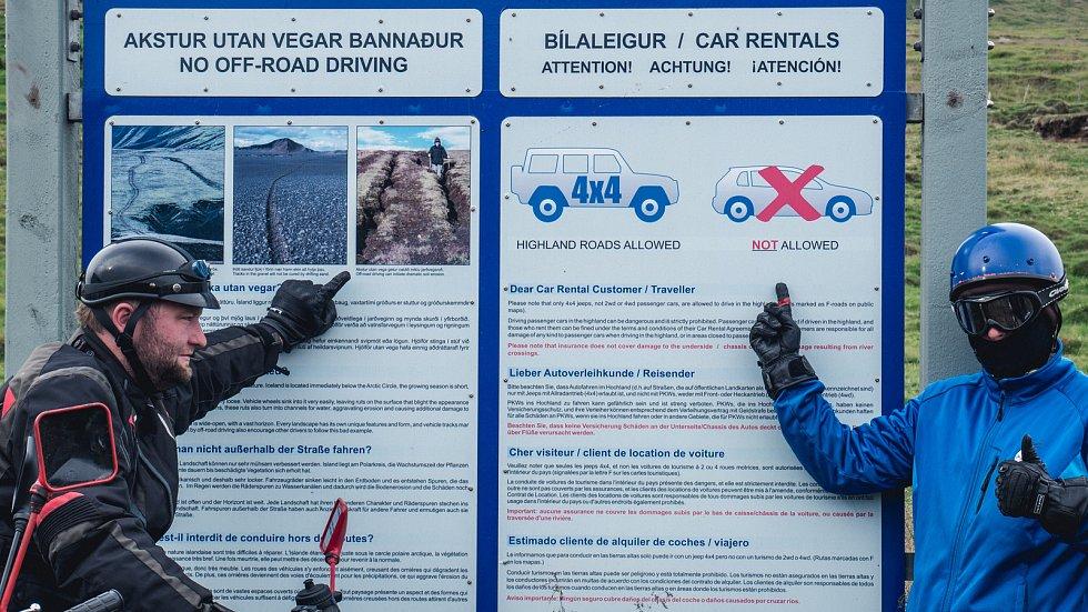 Informace pro turisty s vypůjčenými auty, že mají zakázáno pokračovat dále, pokud nemají pohon 4 x 4.