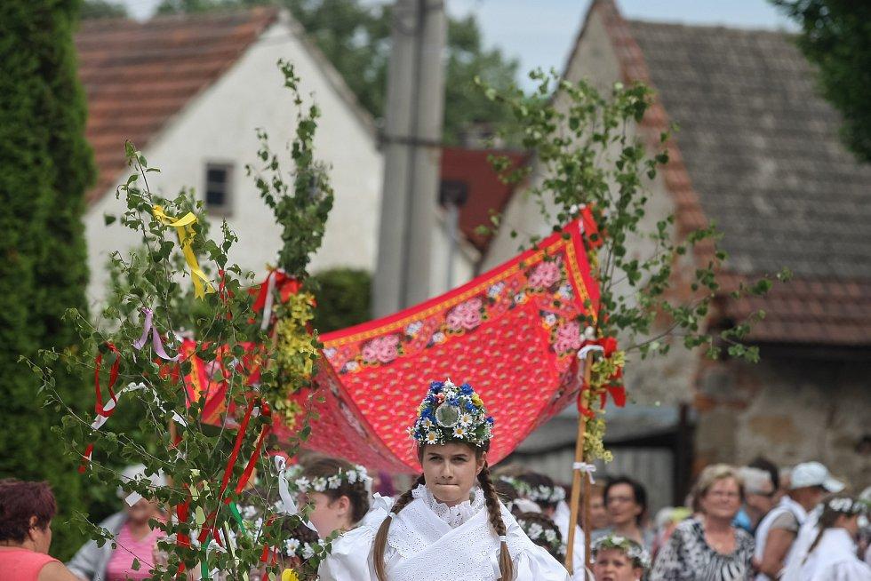 V obci Březské se v neděli 4. června konal tradiční Královničky – svatodušní obchůzka krojovaných dívek po vsi koledního rázu spojená se zpěvem a tancem.