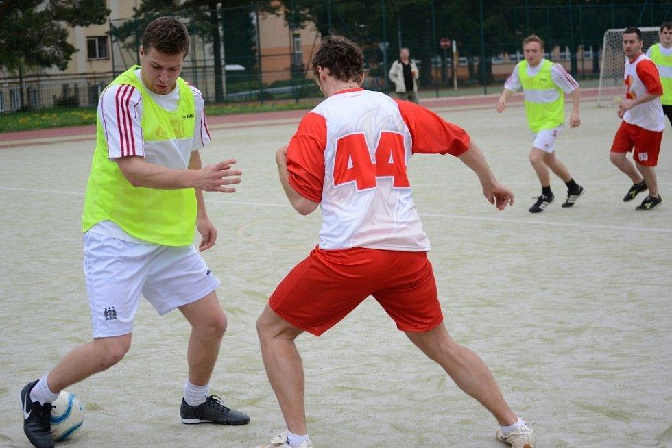 Žďárské hokejisty (v červenobílém) vyřadili v semifinále Los Galacticos.