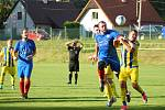 Radešínské Svratce (v modrém) se o víkendu nedařilo. Hráči Měřína (v modro-žlutém) doma remizovali s béčkem Žďáru.