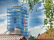 Novoveselský kostel svatého Václava, který byl vysvěcen v roce 1757,  prochází opravou věže.