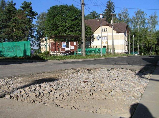 Po opravě pukliny na hlavním potrubí v ulici Revoluční ve Svratce na Žďársku zůstala na vozovce nezaasfaltovaná díra.