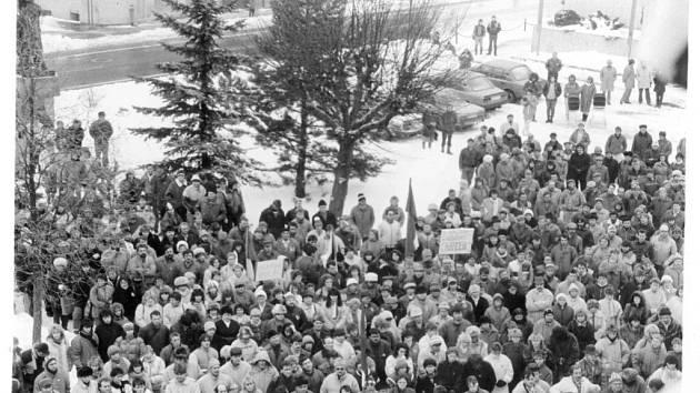 Také ve Žďáře nad Sázavou lidé zaplnili při demonstracích centrální náměstí.