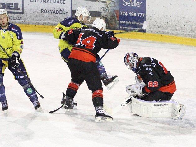 Pouze jediný zápas ztratili hokejisté Žďáru (v černém) v osmifinálové sérii s Trutnovem.