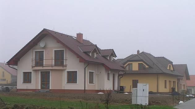 Většina rodinných domků podél hlavní komunikace je již  dokončena, nebo těsně před dokončením a zbývají už jenom terénní úpravy.