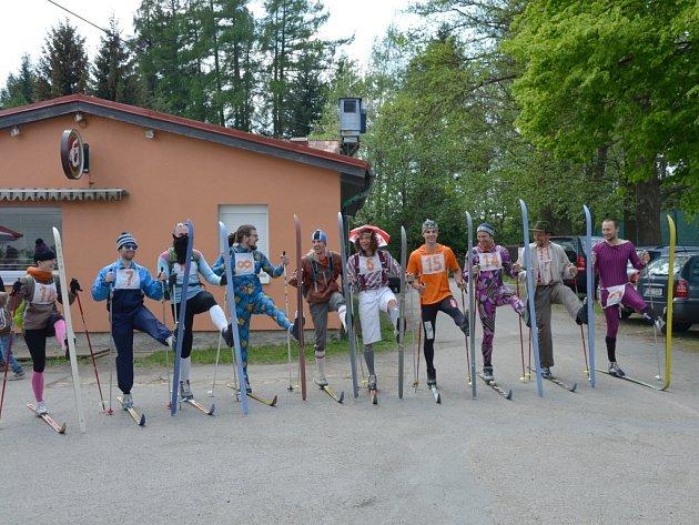 """Zákazníci pouťových střelnic na lyžích ze žďárského klubu Batyskaf před startem loňského ročníku tradičního závodu. """"O závodění ale ani nejde, jezdíme pro zábavu,"""" usmál se Petr Šimurda, jedne z pouťových biatlonisty."""