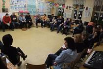 Ve středu se starosta Oslavice Pavel Janoušek a obecní zastupitelé sešli s některými rodiči k diskusi o vyhlášeném konkurzu na post ředitele oslavické malotřídky.
