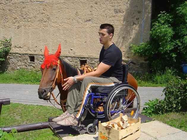 Hipoterapie v Javorku pomáhá zdravotně handicapovaným při zvládání jejich postižení.  S plánem na výstavbu nové jízdárny ale majitelka stáje Sága narazila na územní plán.