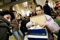 Předražené zboží, údajně značkové oblečení a obuv či neúplné služby. Nejen to vás může potkat při nákupu zboží či služeb.