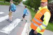 Bezpečnostní asistenti městské policie hlídají přechody pro chodce.