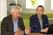 Pořadatel Josef Čadík (vlevo) a ředitel festivalu Start film fest Lukáš Skupa (vpravo) v Bystřici představili program letošního druhého ročníku festivalu studentské tvorby, který se uskuteční ve dnech 5. až 10. srpna.