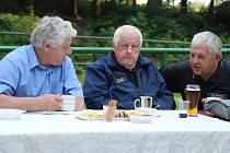 Zasloužilí hasiči si užívali společné setkání.