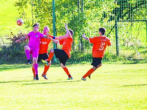 Víkendové zápasy fotbalistů Počítek (v růžovém) i Štěpánova (v oranžovém) skončily shodným výsledkem 4:2.