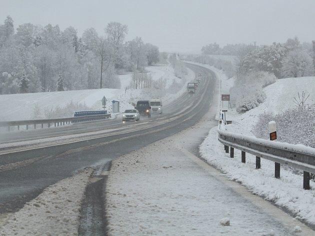 Pátek ráno na Vysočině. Snímek je ze silnice ve směru od Kamenice nad Lipou na Pelhřimov poblíž Božejova.