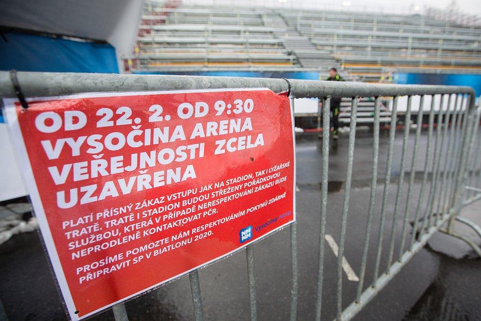 Informační cedule o uzavření Vysočiny areny pro diváky.
