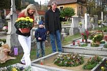 Tisíce plamínků ozářily o víkendu pohřebiště nejen na Žďársku. Lidé přišli na hřbitovy vzpomínat na své blízké zemřelé.