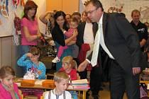 Velkou událost prožívají prvňáčci a s nimi také jejich rodiče. Pro děti je všechno úplně nové. Herny mateřských školek mění za třídu se školními lavicemi, tabulí a nejrůznějšími učebními pomůckami. Nejen je, ale také jejich vyučující čeká spousta práce.