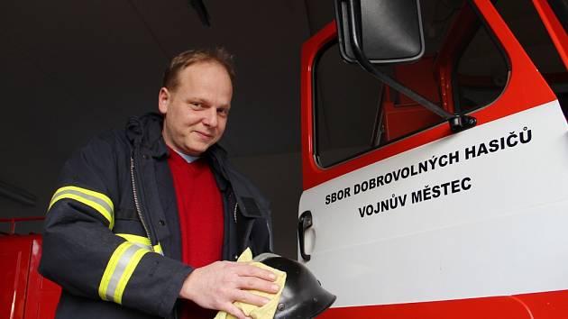 Historická přilba dotvoří atmosféru na bále, který připravuje na sobotu 12. března Sbor dobrovolných hasičů Vojnův Městec.
