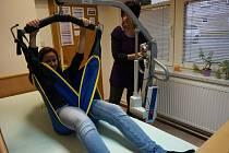 Elektrický zvedák zakoupili pro velkomeziříčskou pobočku Domácího hospice Vysočina z výtěžku benefiční akce Běh pro život.
