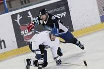 Hokejisté Řečice (v tmavém) a Veselíčka (ve světlém) skončili na prvních dvou místech skupiny o 9. až 12. místo a vměstnali se mezi nejlepších deset týmů Vesnické ligy.