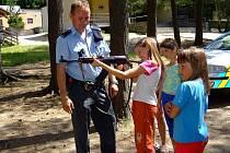 Děti na letním táboře v Zubří si mohly vybavení policistů nejen prohlédnout, ale také potěžkat.