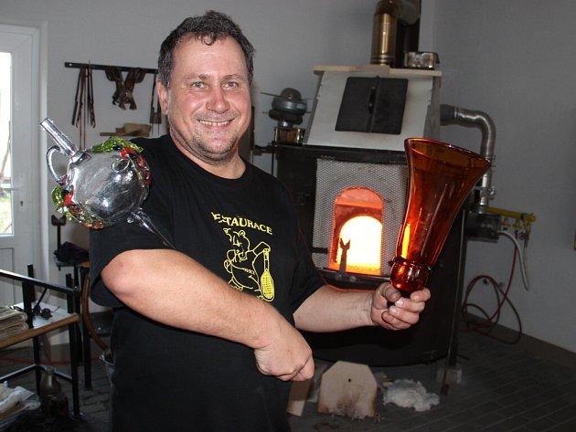 """""""Nás ta práce baví, tak když přijdou zákazníci s vlastní představou, snažíme se ji proměnit ve skutečný výrobek ze skla,"""" říká Oldřich Šimpach (na snímku) ze sklářské hutě U Hrocha ve Škrdlovicích."""
