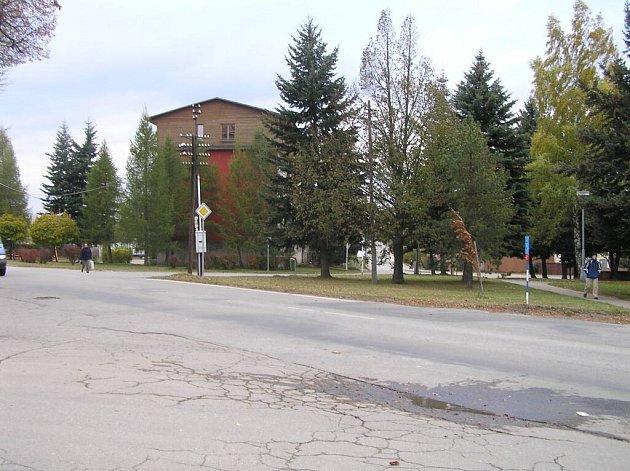 Ulice Smetanova (za stromy) by podle plánu novoměstské radnice měla být napojena přímo na Křičkovu ulici. Parčík by byl vykácen a stromy vysazeny na druhé straně cesty.