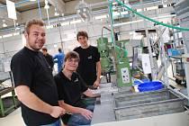 Němečtí studenti zavítali na měsíční stáž do žďárské strojírenské firmy Hettich. Tam se zapojili do provozu a svoje znalosti a vědomosti uplatnili v novém prostředí.
