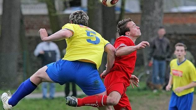 PORAZÍ LÍDRA? Fotbalisté Velké Bíteše (zády hlavičkující Jan Pohl) chtějí na domácím hřišti překvapit a porazit vedoucí tým krajského přeboru ze Ždírce.