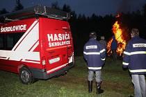 Na mýtickém místě Líština, v nadmořské výšce 700 metrů, s výhledem na Moravu i do Čech, se ve čtvrtek večer pálily čarodějnice ve Škrdlovicích.