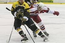 Ve 24. kole II. ligy zdolaly Moravské Budějovice (ve žluto-černém) hráče Žďáru, hokejisté Havlíčkova Brodu (v červeno-bílém) přemohli Kolín.