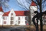 Domov pro seniory Mitrov sídlí v budově někdejšího zámku uprostřed malebné přírody.