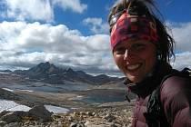 Během putování prošla mladá žena jak pouští, kde bylo přes den i padesát stupňů, tak i vysokými horami, kde v noci klesaly teploty až patnáct stupňů pod nulu.